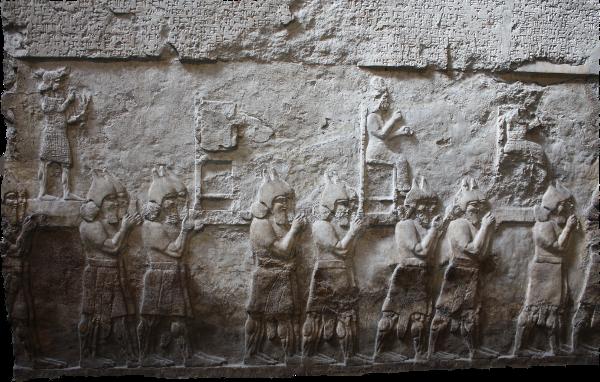 Wandbild mit deportierten Goetterstatuen aus Nimrud um 728 v. Chr.
